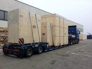 materiale con camion  per spedizioni