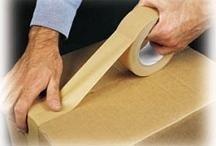 Carta adesiva su un contenitore di cartone