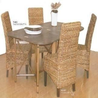 Tavolo da pranzo e sedie in vimini
