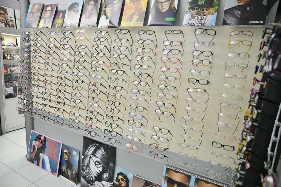 degli occhiali da vista in esposizione