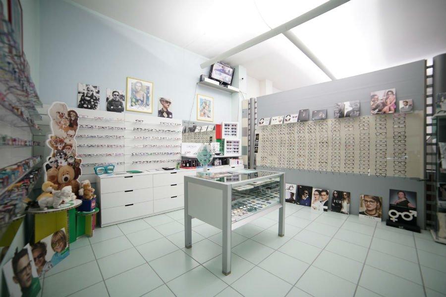 un negozio di ottica visto da dentro, con vasto assortimento incluso