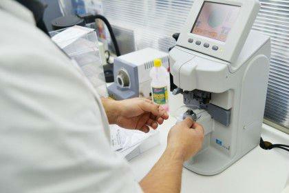 Un tecnico di laboratorio mentre utilizza strumenti da oculista