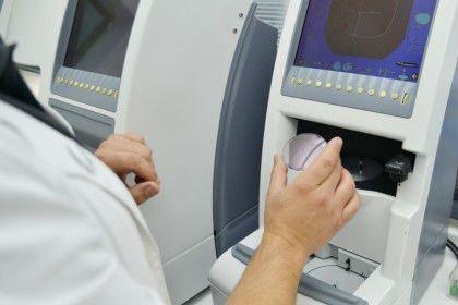 Tecnico mentre utilizza un macchinario per ottica