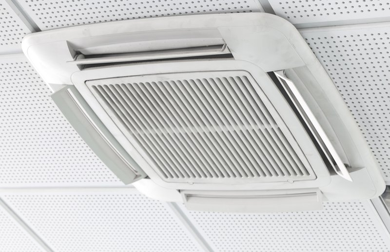 Electronic air cleaning device installed on ceiling