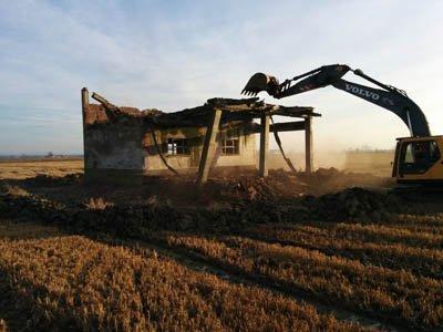 Demolizione di uno stabile in campagna