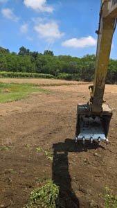 Escavatore in azione su un terreno