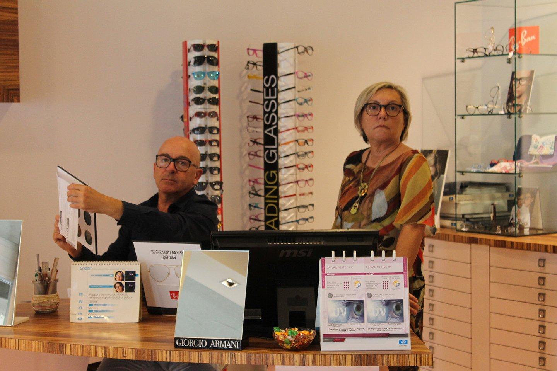 due persone al bancone della optometria posa per una foto