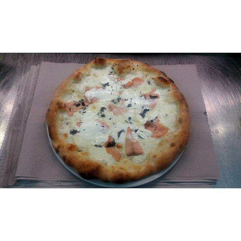 una pizza con mozzarella
