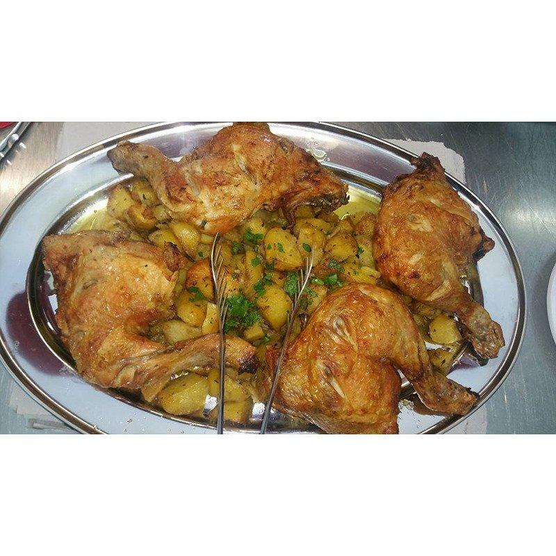 un piatto con cosce di pollo e patate