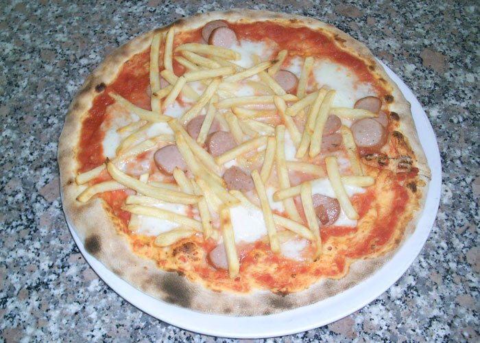 pizza con patate fritte e wurstel