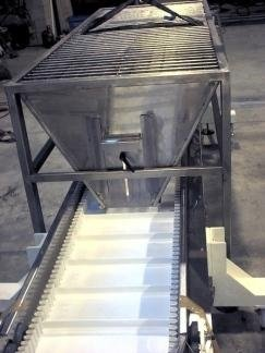 conveyor belt with hopper for transporting powders