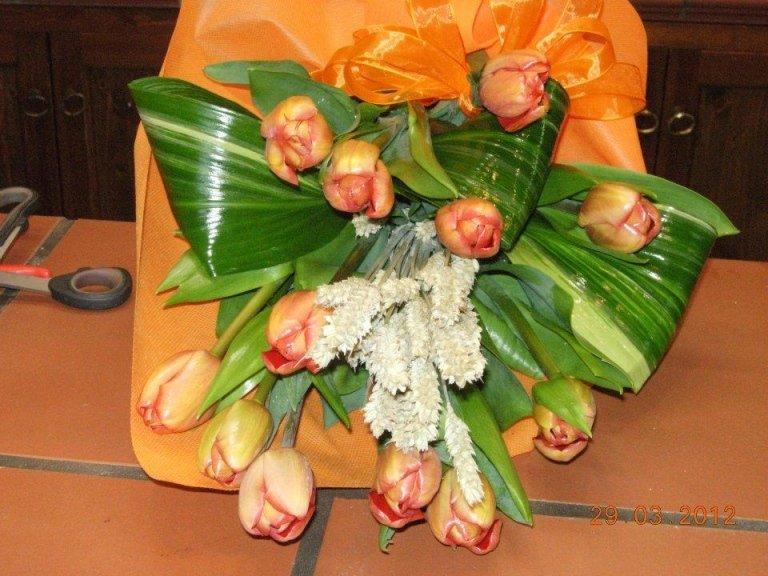 Mazzo con tulipani color arancio