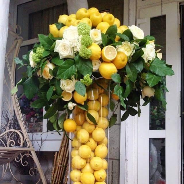 Composizioni con limoni in vaso di vetro