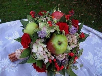 Mazzo di fiori e mele verdi