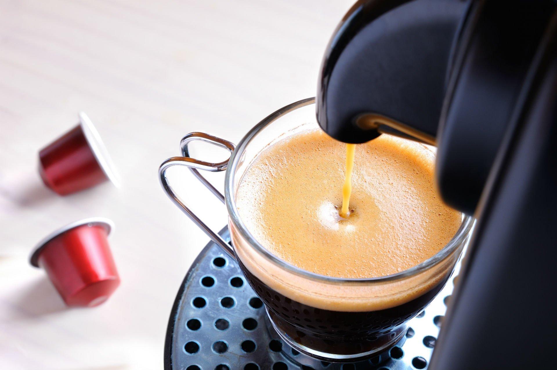 una tazza di caffè' sotto una macchina