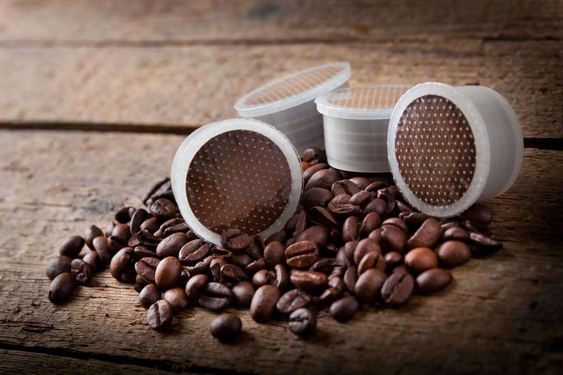 delle capsule e dei chicchi di  caffè'