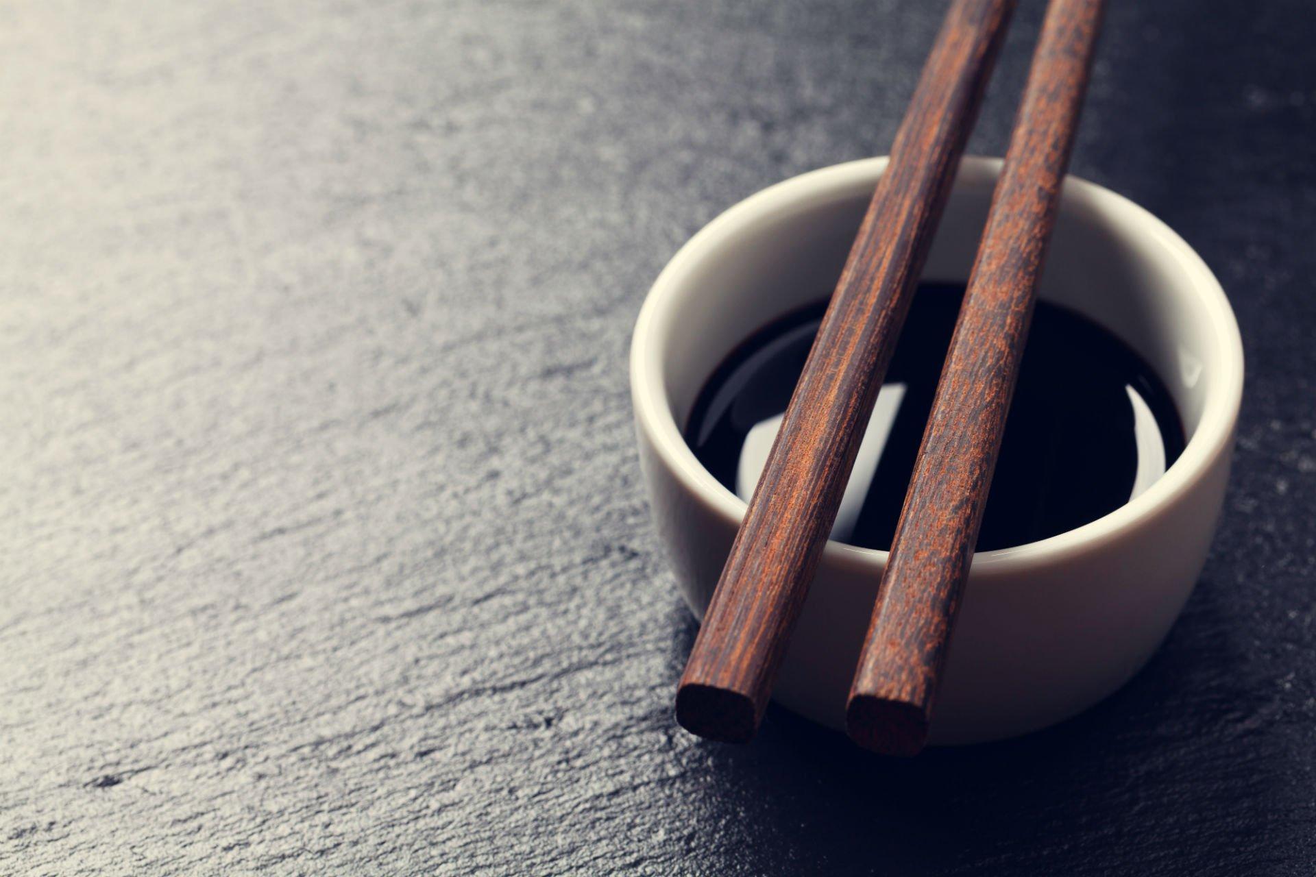 una tazza di caffè' e due bacchette
