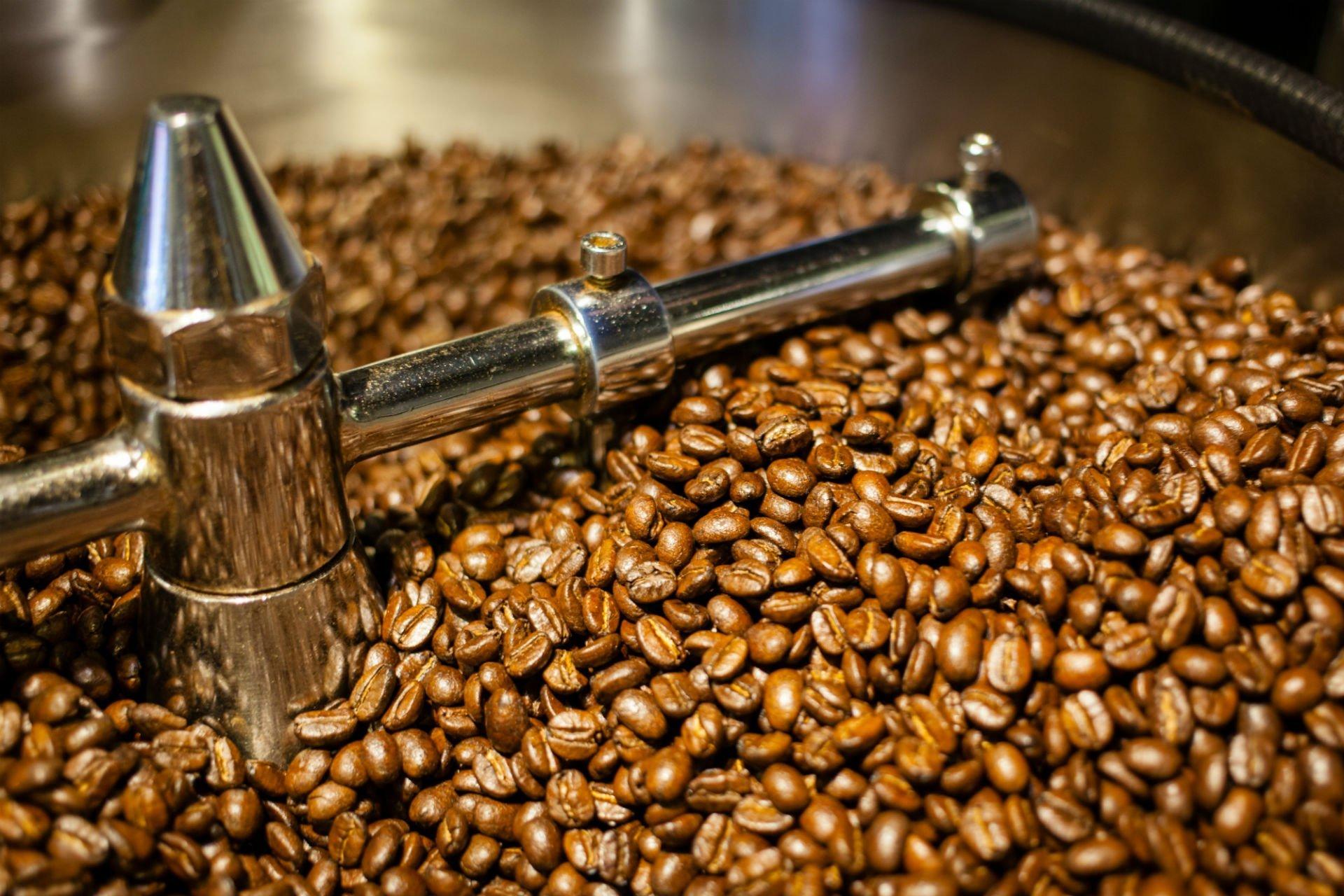 dei chicchi di caffè' in una macina