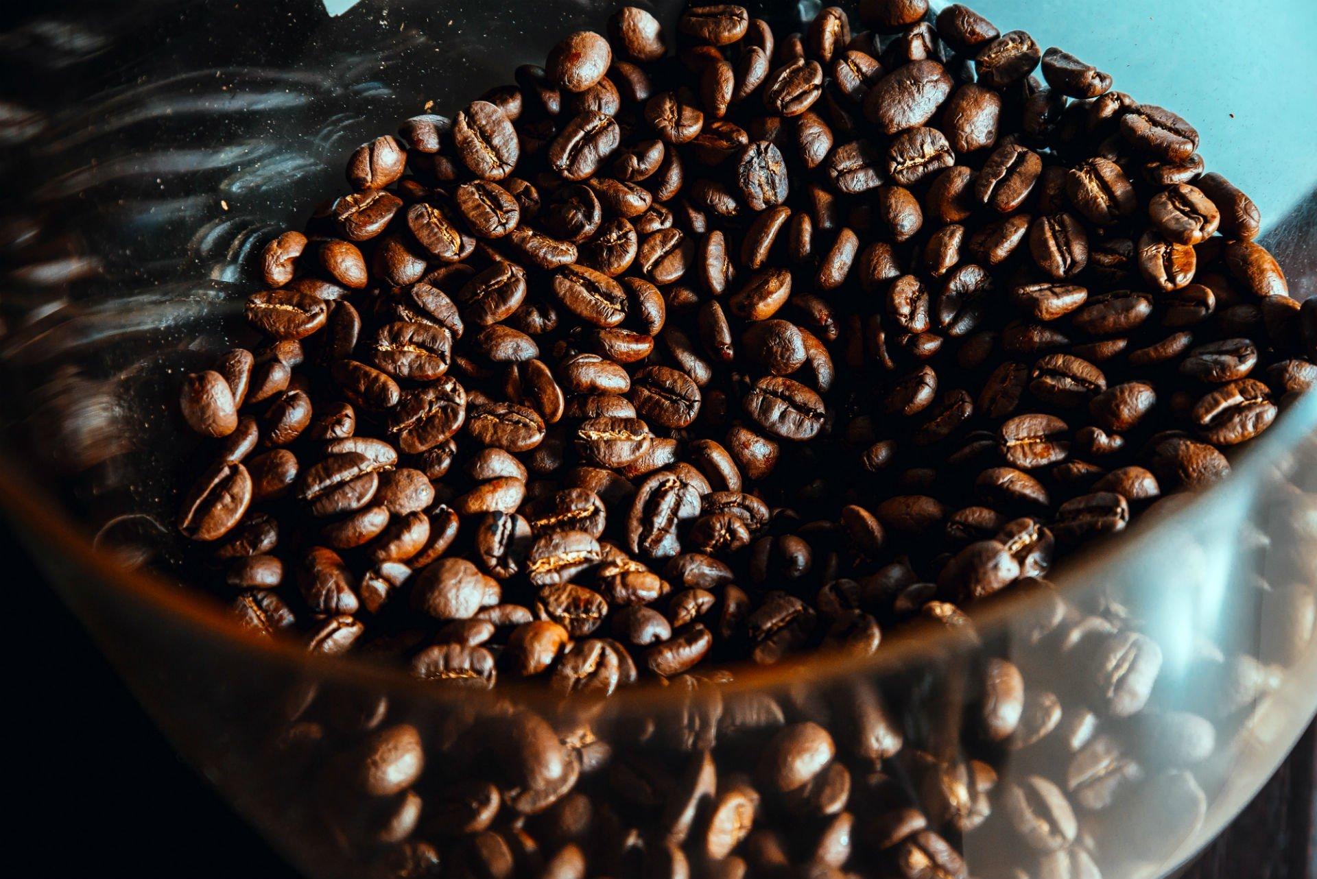 dei chicchi di caffè' in una bacinella