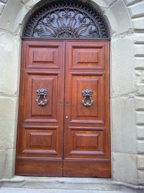 portone storico in legno