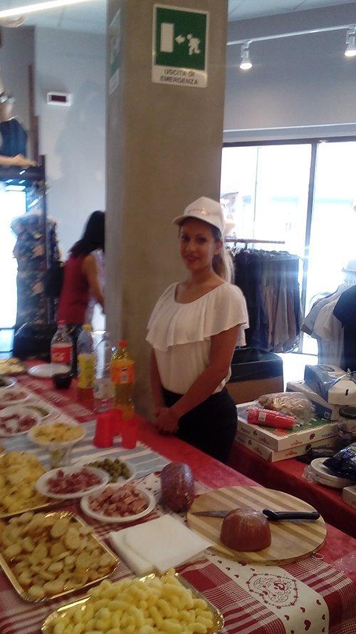 cameriera davanti ad un buffet