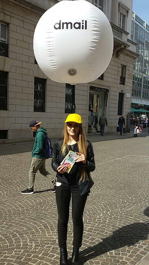 promoter in centro citta con palloncino