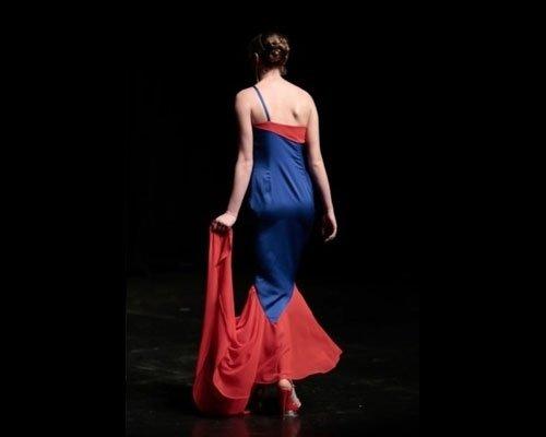 Dettaglio schiena abito da sera rosso e blu