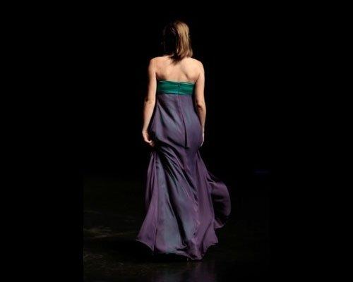 Dettaglio abito lungo viola e verde