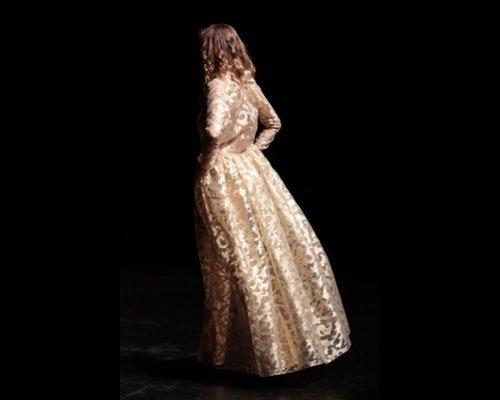 Dettaglio abito lungo color oro con colletto