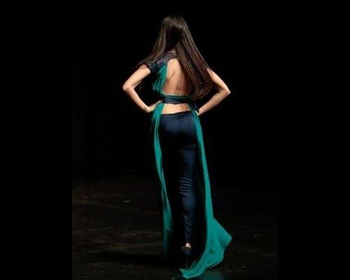 Particolare schiena abito lungo verde e blu
