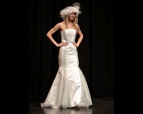 Vestito da sposa a sirena con cappello
