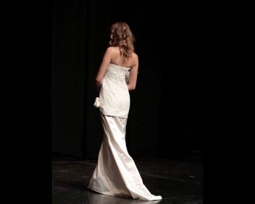 Vestito con strascico bianco particolare schiena