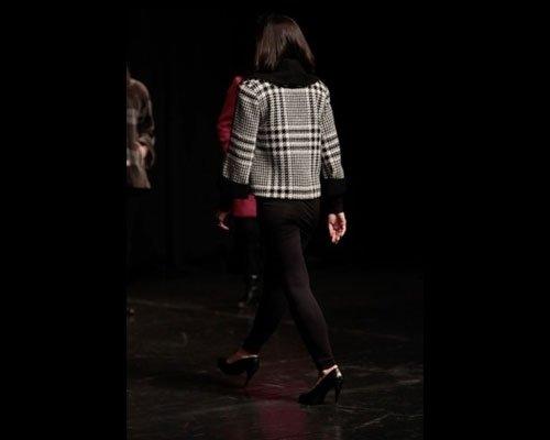 Dettaglio giacca tartan con collo nero