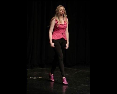 Top rosa shoking con pantalone nero