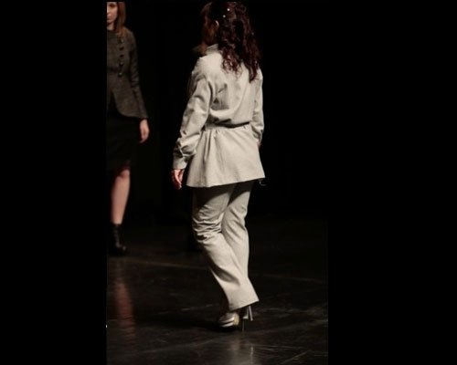 Dettaglio tailleur pantalone beige