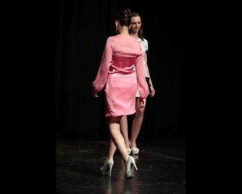 Dettaglio abito rosa in seta e raso