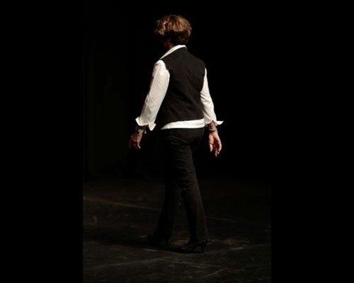 Dettaglio gilet nero con pantalone