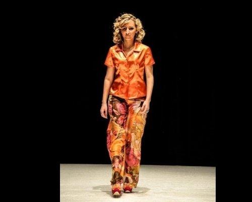 Camicia arancione e pantalone con fantasia