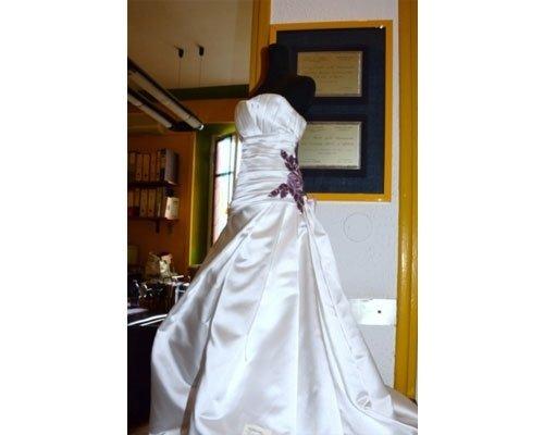Abito da sposa con ricamo viola