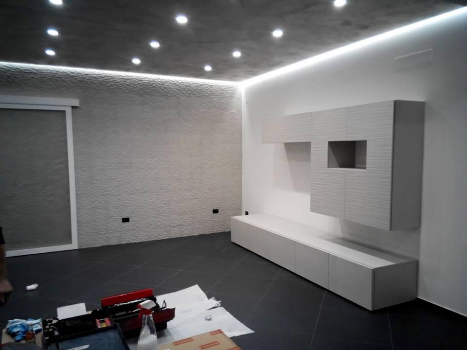 Curiosa casa con parete bianca progettata
