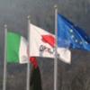 Tre bandiere sventolare al vento,la Repubblica Italiana, la Comunità Economica Europea e la ditta