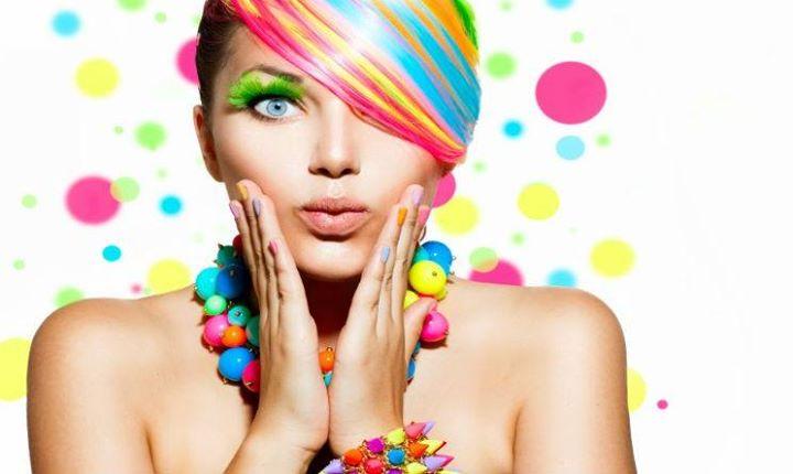 modella con capelli multicolorati