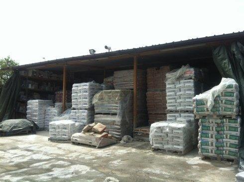 sacchi di pellet accumulati sotto tettoia