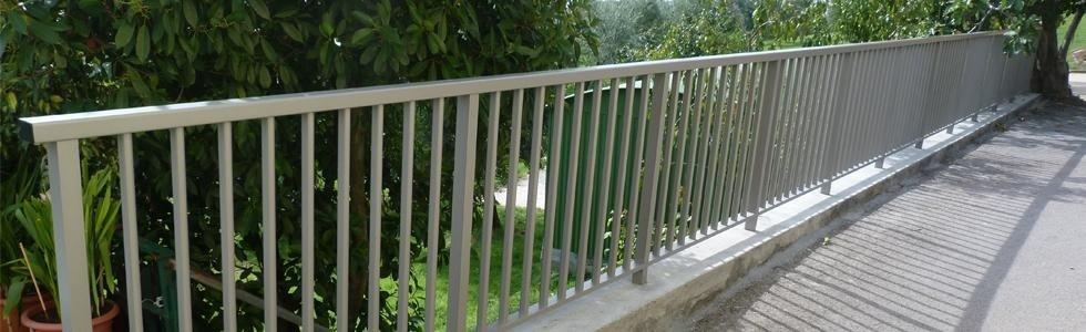 una ringhiera di un terrazzo e vista degli alberi