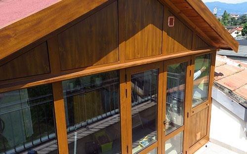una casa in legno con vista delle finestre