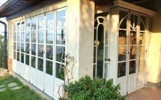 una villa con delle finestre e una porta bianca