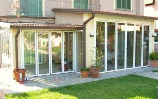 uno stabile e  davanti una veranda
