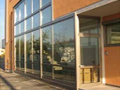 un edificio con vista di una vetrata