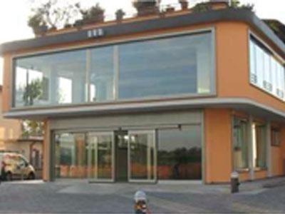 un edificio arancione con vista di una vetrata e delle porte