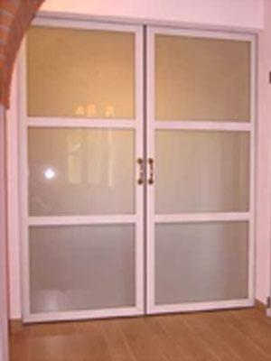 una porta in vetro a due ante